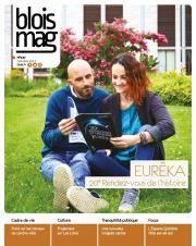 En couverture du Blois mag 137 (octobre 2017), une photo d'une femme et d'un homme assis dans l'herbe et lisant le programme des Rendez-vous de l'histoire.