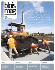 En couverture du Blois mag 144 (juin 2018), une photo d'ouvriers travaillant à faire le revêtement goudronné sur le pont Jacques-Gabriel.
