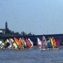 Des véliplanchistes sur la Loire en 1991, avec le pont Jacques-Gabriel en arrière-plan.
