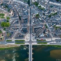 Vue aérienne du centre-ville, avec l'escalier Denis-Papin en haut et le pont Jacques-Gabriel en bas.