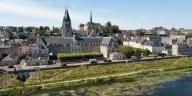 L'Hôtel Dieu depuis la Loire. L'église Saint-Nicolas et le Château royal sont en arrière-plan.