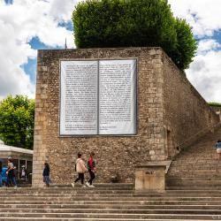 Une immense livre ouvert recouvre le mur de soutènement du belvédère Saint-Martin. Il s'agit de l'œuvre «Au bonheur des dames» de Victor Hugo, imprimé sur une bâche suspendue.