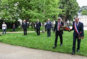 Le maire et le conseiller municipal délégué aux associations patriotiques, déposent une gerbe de fleurs sur le monument aux morts, le 8 mai 2020.