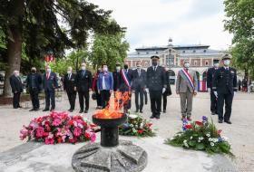 Les autorités et associations rendent hommage à la flamme du soldat inconnu, près du monument auxMorts de la place de la République.