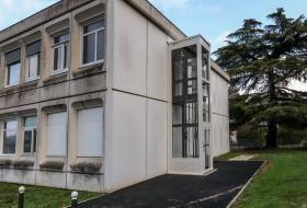 Un ascenseur à cabine a été ajouté à l'extérieur du bâtiment Dorgelès. Un nouveau chemin y mène, avec des plots empêchant le stationnement gênant.