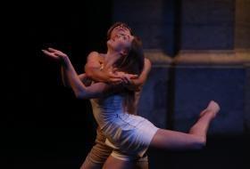 Un danseur et une danseuse en pleine chorégraphie.