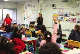 Les agentes du syndicat mixte de traitement des déchets animent un atelier en classe.