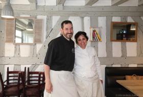 Le coupe Foubert du Petit honfleur prend la pose dans leur salle de restaurant pour la photo.