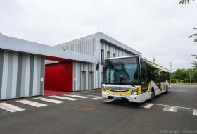Un bus Azalys au milieu de son entrepôt, en extérieur.