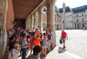 Un groupe de touristes parcourt les promenades duChâteau royal.