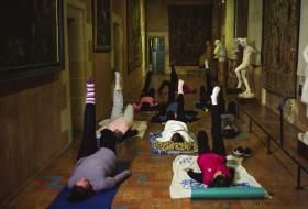 Des personnes font du yoga àl'intérieur duChâteau royal.