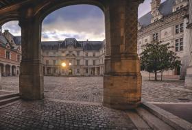 Cour intérieure du Château royal, avec l'aile François-1er en face. Les rayons du soleil, situé derrière l'aile, passent à travers la fenêtre.
