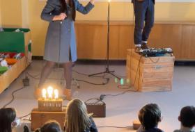 La conteuse et le musicien du collectif rouennais «Les Vibrants défricheurs»  font leur spectacle devant les enfants.