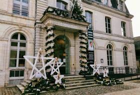 Les marches du fronton de l'Hôtel de Ville décorée par cinq grandes étoiles en bois.