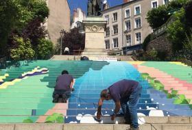 Deux ouvriers posent une décoration sur les contremarches de l'escalier Denis-Papin, en hommage aux 20 ans de l'inscription du Val de Loire au patrimoine mondial.