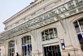 Auvent de la façade extérieur de la gare ferroviaire.