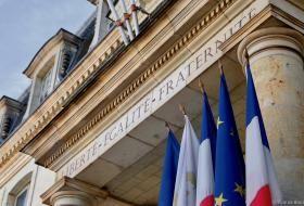 La devise républicaine, «liberté, égalité, fraternité» est écrite sur l'architrave de la façade de l'Hôtel de Ville.