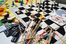 Des dominos, des mikados et un jeu d'échec dans une ludothèque.