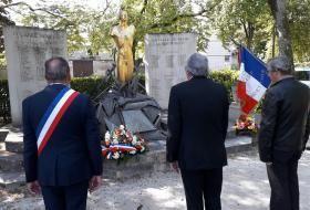 Minute de silence observée devant le monument aux morts.
