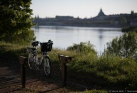 Un vélo stationné sur le chemin de la Loire à vélo.