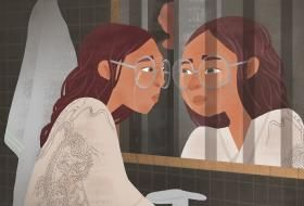 Dessin d'une femme en pleurs se regardant dans un miroir, où se reflètent des barreaux de prison. En arrière-plan, un homme observe la scène à travers la porte entrouverte.