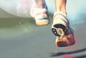 Chaussures d'un coureur en pleine activité.