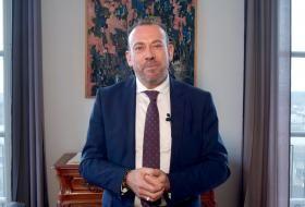 Extrait de la vidéo des vœux 2021, avec Marc Gricourt face caméra dans son bureau, avec la Loire en arrière-plan.