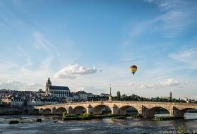 Une montgolfière survole la Loire, au niveau du pont Jacques-Gabriel.