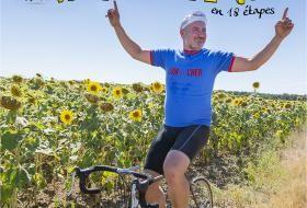 Un cycliste lèvre les bras au milieu d'un champ de tournesols. Au-dessus, le titre «Le Roxette Tour en 18 étapes».