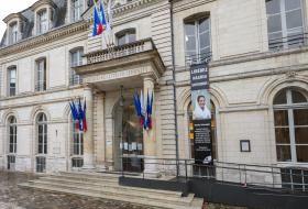 Façade de l'Hôtel de Ville de Blois avec une banderole de soutien à Nasrin Sotoudeh, comportant son portrait souriant.