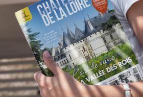 Exemplaire du magazine «Châteaux de la Loire» tenu en mains.