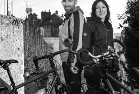 Portrait d'Émilie et Davy Sanchis en haut de l'escalier Denis-Papin, avec leurs vélos.