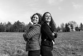 Portrait de Julia et Aude dans un grand champ.