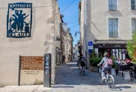 Des cyclistes s'engagent dans le quartier des Arts, secteur piétonnier et cyclable.