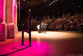 Des centaines de personnes sont réunies dans l'hémicycle de la Halle aux grains pour une conférence des Rendez-vous de l'histoire.