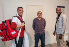 Les trois médecins prennent la pose dans le cabinet.