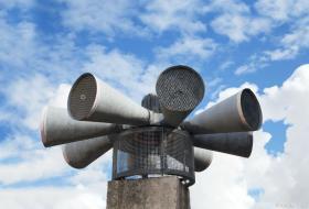 Les hauts-parleurs d'une sirène en hauteur.