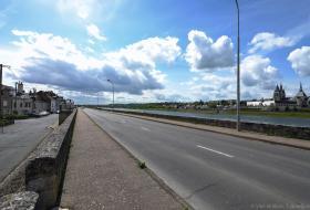 Quai Amédée-Contant, en direction de l'ouest : la digue longe la Loire, àdroite de la photo.