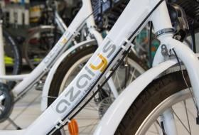 Vélo Azalys à louer, stationné en magasin.