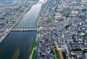 Vue aérienne de la rive gauche (Vienne), du pont Jacques-Gabriel et du centre-ville.