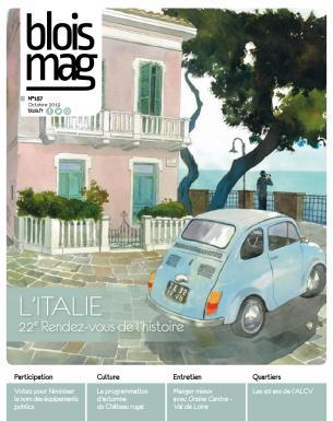 En couverture, une peinture d'une scène italienne : une Fiat 500 d'époque garée devant une maison rose typique, la mer au loin.