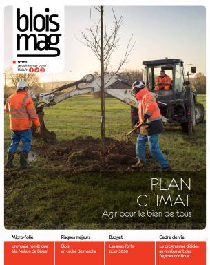 Encouverture, le plan Climat : des agents s'affairent pour planter un arbre.