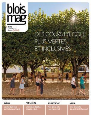 En couverture : des enfants jouent sur le mobilier en bois dans une cour d'école, à l'ombre des arbres.