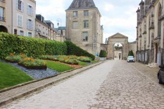 Allée de pavés poncés menant à l'Hôtel de Ville.