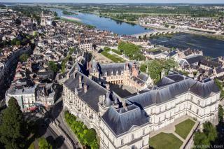 Vue aérienne du Château royal, du centre-ville et de la Loire.