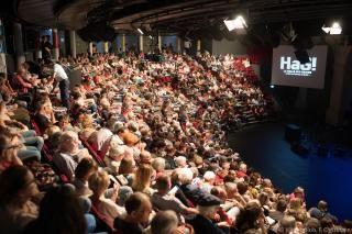 La foule remplit l'hémicycle de la Halle aux grains.