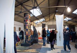 Public visitant la halle d'exposition de La Fosse.