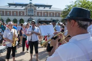 Un groupe de musique joue sur la place de la République entre deux courses du Macadam.