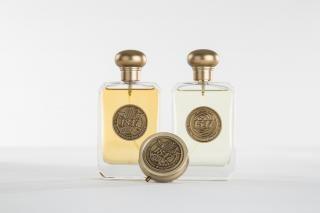 Deux bouteilles de parfum.