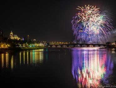 Feu d'artifice multicolore au-dessus de la Loire et se reflétant sur le fleuve.